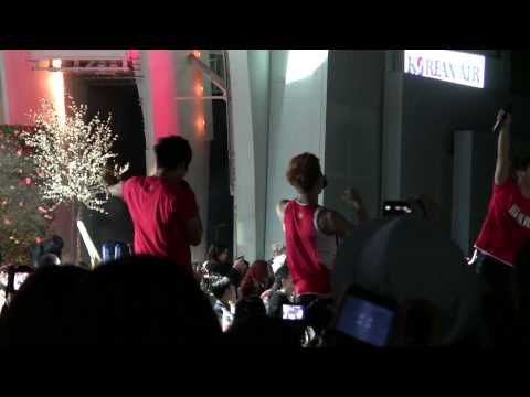 [Fancam] KMF 2010 Hollywood Bowl 2PM, Kara, KJK, Haha – For Victory (Korean Soccer Song)