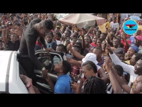 Shatta Wale celebrates birthday with fans at Nima Market – Highlights